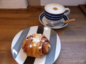 「KUPPI」犀川のほとりでFika(お茶の時間)北欧ビンテージ食器でふわふわチャイラテ、シナモンロールに3段重ねパンケーキ