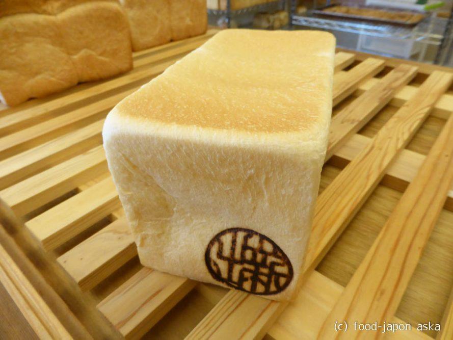 「新出製パン所」リピーター多数の超人気食パン専門店!一度食べたらもう他のは食べられなーい!人気ナンバーワンの「匠-TAKUMI-」とお醤油をぜひ