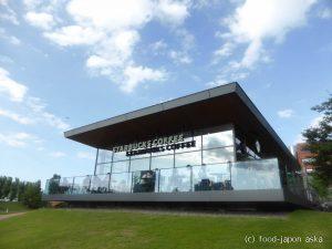 「スターバックスコーヒー 富山環水公園店」世界で一番美しいスターバックスと称される店舗が富山に~水との調和を意識した癒し空間。ライトアップされた夜もオススメ