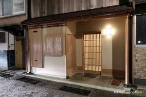 「片折(かたおり)」引きの美学の究極を目指した日本料理。シンプルで研ぎ澄まされた玄人向け。その先に見える宇宙。秋の松茸、冬のカニ